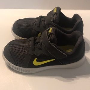 Toddler Boys Nike siZe 7 Black & Gray sneaker